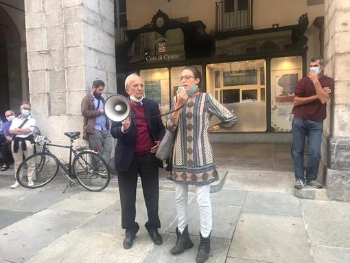 """Giulia Marro, rappresentante della rete """"Minerali Clandestini"""", e il consigliere Ugo Sturlese durante il flash mob"""