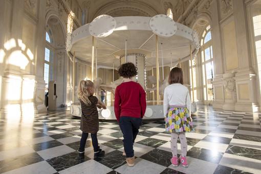 """""""La giostra di Nina"""" allestita nella Galleria Grande della Reggia"""