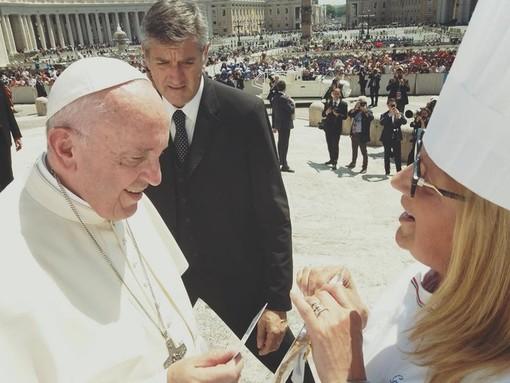"""Graziella Canavese, chef del ristorante """"Da Claudino"""", consegna a Papa Francesco la tessera di socio onorario dell'Associazione Cuochi Cuneo"""