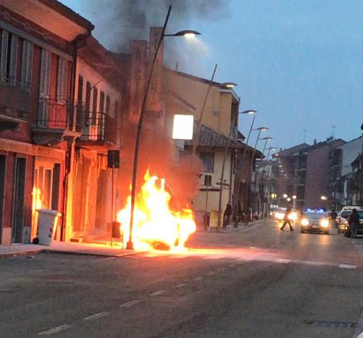 L'auto in fiamme nell'abitato di Gallo Grinzane