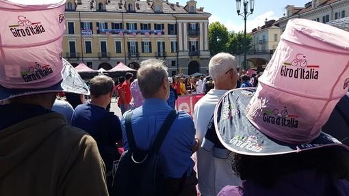 """Cuneo in festa per la partenza del """"Giro d'Italia"""": grande folla in piazza Galimberti per la 12^ tappa (GALLERY E VIDEO)"""
