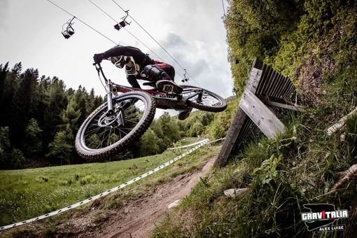 """Roburent ospita i tricolori di mountain bike: sul monte Alpet le discese spericolate del circuito """"Gravitalia"""""""