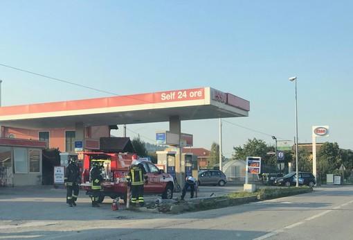 Busca, incidente in via Romita: auto si schianta contro un palo dell'illuminazione pubblica
