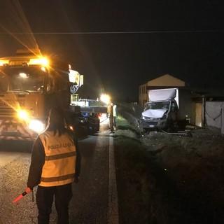 Fossano: autocarro esce di strada e si schianta contro un muro in località Gerbo