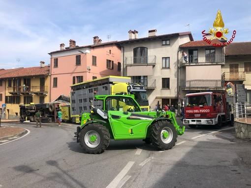 Margarita: camion carico di bovini si ribalta in via Cuneo davanti alla chiesa