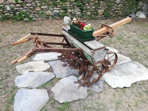 Nuovo traguardo dell'associazione Mastro Geppetto: antichi attrezzi di lavoro con fiori che abbelliscono la città