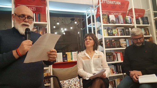 Sebastiano Luca durante la lettura di alcuni brani di Camilleri al Caffè Letterario di Bra