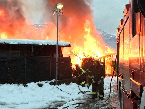 In fiamme il campeggio di Paesana, vigili del fuoco in azione per domare le fiamme (FOTO)