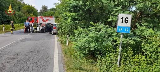 Incidente sulla Fondovalle a Carrù, auto in fiamme: un deceduto e due feriti