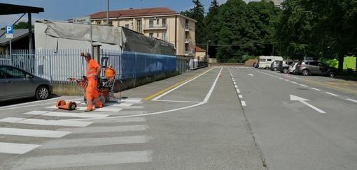 In foto gli interventi di verniciatura delle strisce pedonali in piazza Piacenza a Racconigi