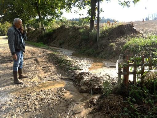 Il sindaco Artusio controlla i danni causati dall'ultima bomba d'acqua caduta sul territorio di Guarene