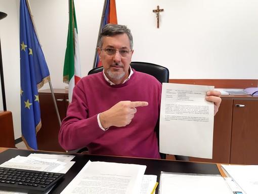 L'assessore regionale alla Sanità del Piemonte, Luigi Genesio Icardi, mostra la bozza di delibera sulla riorganizzazione dei Servizi di Emodinamica in Piemonte
