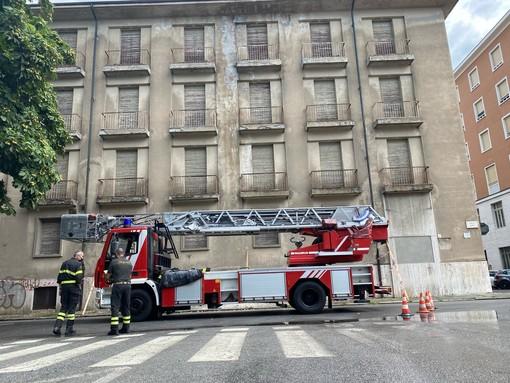 Cuneo, vigili del fuoco in corso Dante e al PUF per la caduta di calcinacci e piastrelle