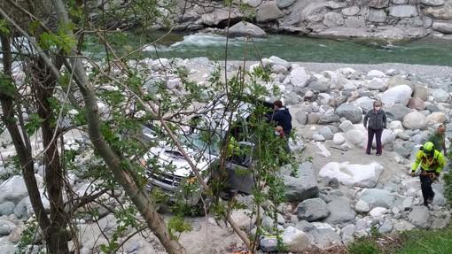 Auto fuori strada finisce nel torrente Corsaglia: interviene l'elisoccorso