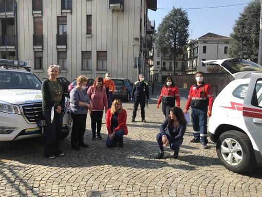 La preside Boggetto, prima da sinistra, col personale dell'istituto e i volontari