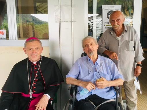 """Chiusa di Pesio: il vescovo Miragoli in visita alla """"residenza Meridiana"""" e a Monsignor Silvano Restagno"""