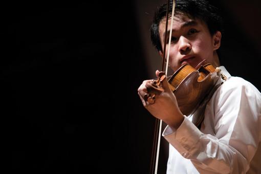 Il talentuoso violinista Kevin Zhu, protagonista giovedì alla Fondazione Ferrero di Alba