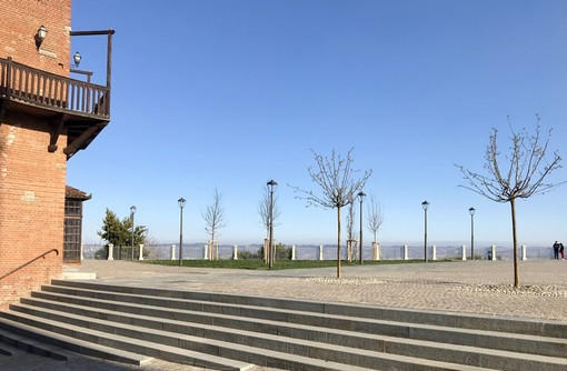 La piazza del belvedere di La Morra
