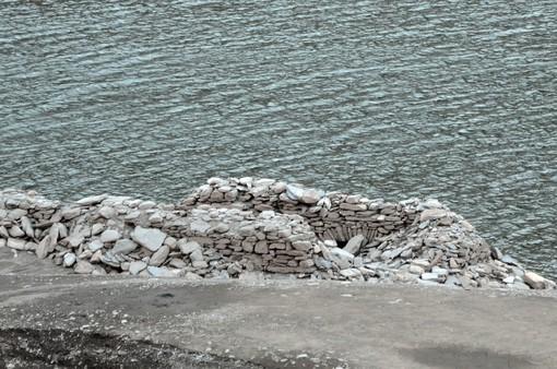 """Pontechianale: dal lago-diga """"riemerge"""" la borgata Chiesa"""