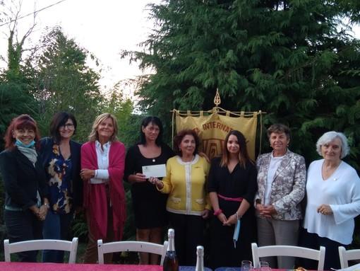 La consegna del contributo da parte del club Zonta Cuneo a Il Casale di Sonia e Sofia di Chiusa Pesio