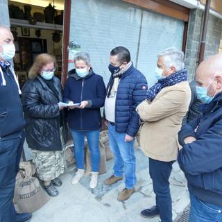 Confcommercio ha consegnato a Cristina Fiori di Limone Piemonte il primo assegno per l'alluvione
