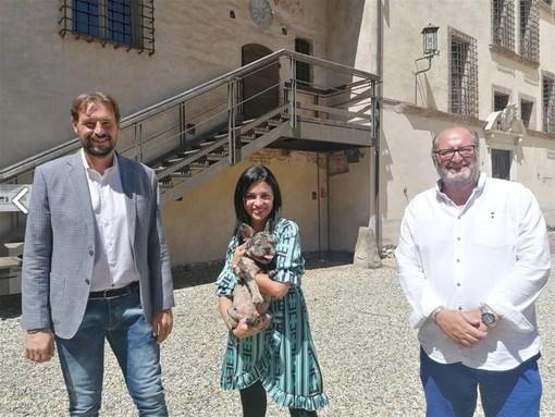 Il sindaco di Lagnasco con i conduttori della trasmissione Santi Comuni