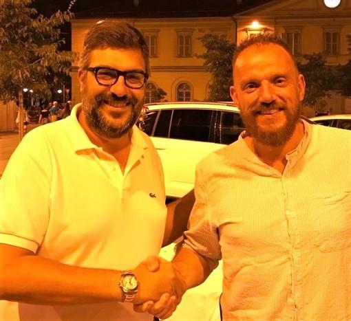 Stretta di mano tra i sindaci Calderoni e Demarchi