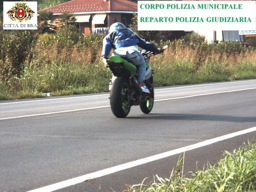 Sfreccia ai 186 km/h in via Cherasco e davanti al velox solleva la targa: motociclista equilibrista denunciato a Bra