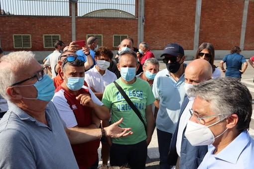 Angelo Vero (Cisl), primo da sinistra, a colloquio con il sindaco di Alba Carlo Bo e il consigliere regionale Maurizio Marello (primo e secondo da destra)