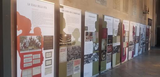 """Saluzzo, la mostra """"Ci prendere cura di noi"""" nel corridoio del municipio"""