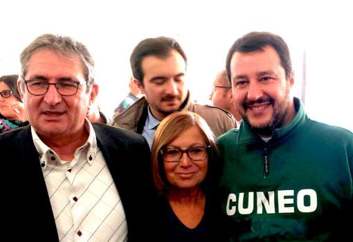 L'assessore diminissionario Marco Marcarino col leader della Lega Matteo Salvini. Tra loro l'attuale capogruppo del Carroccio in Consiglio comunale Elena Alessandria, possibile nuovo ingresso nella Giunta albese