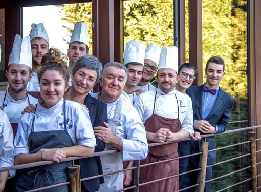 Massimo Camia con la moglie Luciana, i figli e parte dello staff del loro ristorante di La Morra
