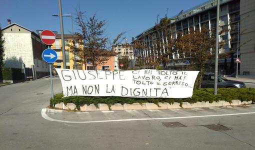 Lo striscione che ieri i lavoratori del presidio Miroglio hanno prima affisso e poi rimosso presso la sede albese dell'azienda