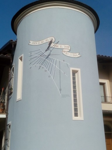 """Peveragno: una meridiana """"cilindrica"""" sulla parete esterna di una casa... per segnare il tempo """"a quelli di Daval"""""""