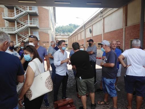 Il presidio dei lavoratori di Govone ieri ai cancelli della Miroglio di Alba