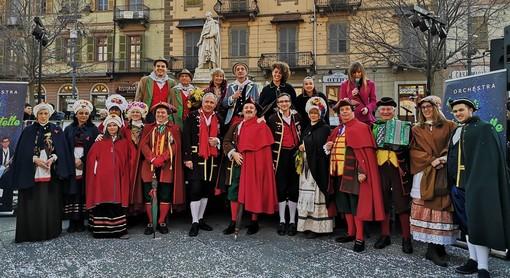 Le maschere del Carnevale di Saluzzo in posa con le maschere ospiti alla cerimonia di investitura della Castellana