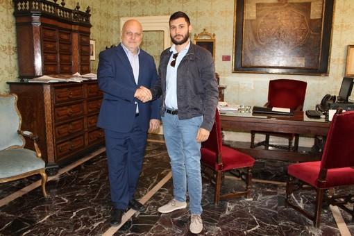 Il sindaco Marello riceve in municipio l'imprenditore Luca Prata