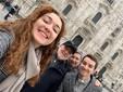 La nota famiglia di ristoratori, oggi in trasferta sullo sfondo del Duomo