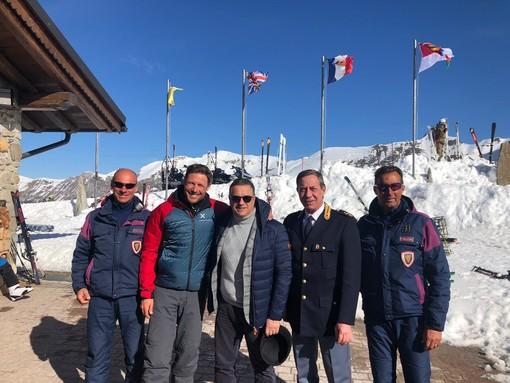 Massimiliano Ossini a Limone Piemonte insieme al questore Emanuele Ricifari, al dirigente della Squadra Volante Luigi Chilla e agli uomini del Soccorso alpino della Polizia di Stato