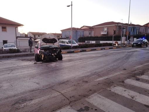 Manta, incidente al semaforo di via Laghi di Avigliana: coinvolte due automobili