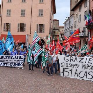 Stamperia Miroglio, la protesta dei lavoratori arriva in piazza Duomo (FOTO E VIDEO)