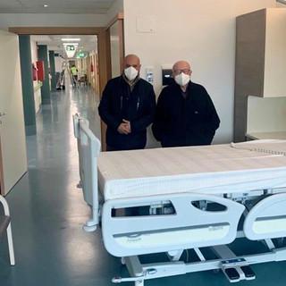 """Il presidente e il direttore della Onlus, Bruno Ceretto e Luciano Scalise, durante un recente sopralluogo nel futuro """"covid hospital"""" regionale"""