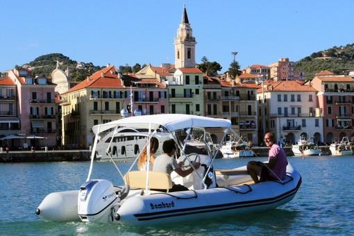 Questa estate perché non noleggi un gommone per andare alla scoperta delle insenature e spiaggette più belle del Mar Ligure di Ponente?