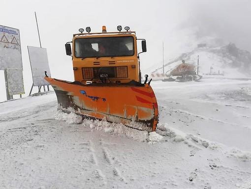 I mezzi sgombraneve in vetta al Colle dell'Agnello
