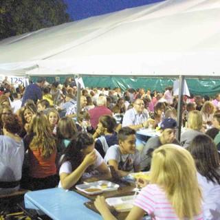Nella foto di repertorio la serata a una festa patronale in provincia di Cuneo