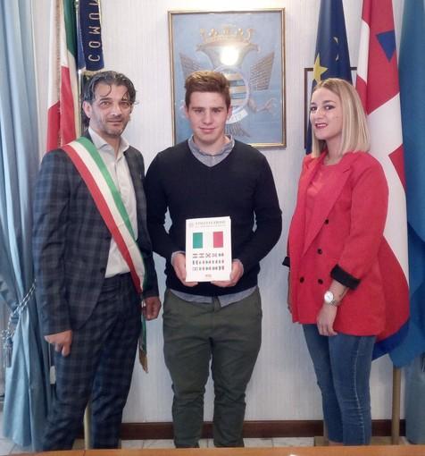 Nucetto: consegnata la Costituzione italiana all'unico neodiciottenne del paese