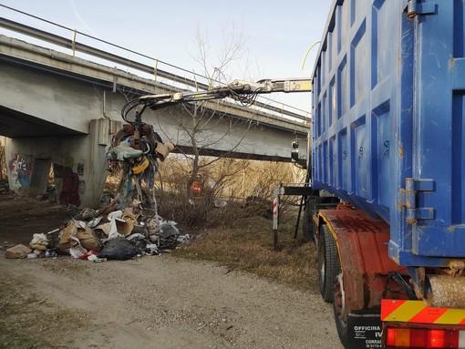 L'intervento di pulizia realizzato nei giorni scorsi ai piedi del ponte sul Tanaro
