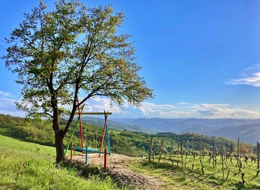 Una coloratissima altalena gigante e una grande sedia a Cossano Belbo