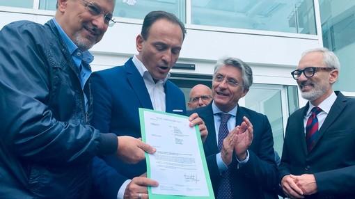 Il governatore Cirio e l'assessore Icardi mostrano il documento che attesta la fine lavori sul cantiere. Al loro fianco il sindaco albese Bo
