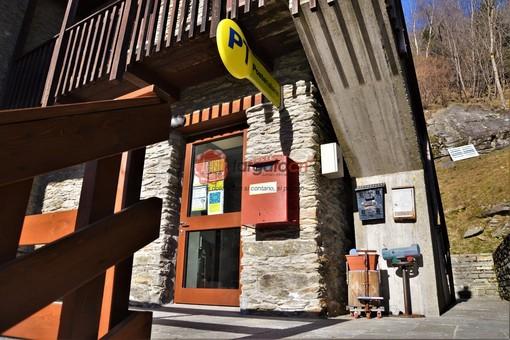 L'ingresso del nuovo ufficio postale di Ostana